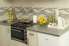 Mini kuhinja sa šporetom i frižiderom